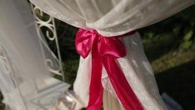 Γαμήλιες διακοσμήσεις των άσπρων υφασμάτων και του κωλύματος πριν από την τελετή απόθεμα βίντεο