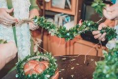 Γαμήλιες λεπτομέρειες - ένα στεφάνι από τα φύλλα για το γαμπρό στοκ φωτογραφία με δικαίωμα ελεύθερης χρήσης
