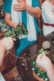 Γαμήλιες λεπτομέρειες - ένα στεφάνι από τα φύλλα για το γαμπρό στοκ φωτογραφίες με δικαίωμα ελεύθερης χρήσης