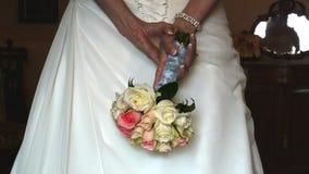 Γαμήλιες φόρεμα και ανθοδέσμη απόθεμα βίντεο