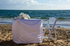 Γαμήλιος πίνακας που θέτει στην άμμο στοκ εικόνα