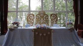 Γαμήλιος πίνακας σε μια γαμήλια γιορτή που διακοσμείται με τη νυφική ανθοδέσμη Αίθουσα συμποσίου Εορταστικός πίνακας για τη νύφη  Στοκ Φωτογραφίες