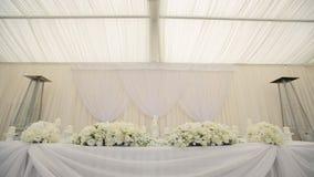 Γαμήλιος πίνακας στην άσπρη διακόσμηση αιθουσών της αίθουσας απόθεμα βίντεο