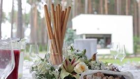 Γαμήλιος πίνακας στις διακοσμήσεις κήπων για τη νύφη Bijouterie, τις κορδέλλες, τις διακοσμήσεις σατέν και το κόσμημα φιλμ μικρού μήκους