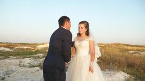 Γαμήλιος χορός στο μήνα του μέλιτος Ρομαντικός χορός χορού ανδρών και γυναικών στην άμμο ενάντια στον ουρανό φιλμ μικρού μήκους