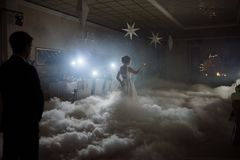 Γαμήλιος χορός της νύφης και του νεόνυμφου Ο πρώτος χορός της νύφης και του νεόνυμφου στο γάμο στοκ φωτογραφία με δικαίωμα ελεύθερης χρήσης