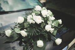 Γαμήλιο αυτοκίνητο που διακοσμείται με τα όμορφα, λουλούδια πολυτέλειας Στοκ εικόνες με δικαίωμα ελεύθερης χρήσης