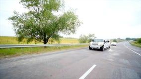 Γαμήλιο αυτοκίνητο σε έναν δρόμο φιλμ μικρού μήκους
