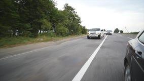 Γαμήλιο αυτοκίνητο σε έναν δρόμο απόθεμα βίντεο
