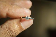 Γαμήλιο δαχτυλίδι διαθέσιμο στοκ φωτογραφία με δικαίωμα ελεύθερης χρήσης