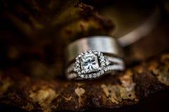 Γαμήλιο δαχτυλίδι διαμαντιών ασημιών ή λευκόχρυσου στοκ φωτογραφίες