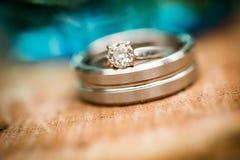 Γαμήλιο δαχτυλίδι διαμαντιών ασημιών ή λευκόχρυσου Στοκ Εικόνα