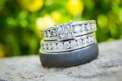 Γαμήλιο δαχτυλίδι διαμαντιών που τίθεται στη φύση Στοκ Εικόνα