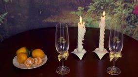 Γαμήλιο δαχτυλίδι και ποτήρια της σαμπάνιας, και διακοσμήσεις στο μαύρο υπόβαθρο βαλεντίνος απόθεμα βίντεο