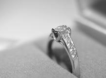 Γαμήλιο δαχτυλίδι με το διαμάντι για μια για πάντα αγάπη Στοκ Εικόνες