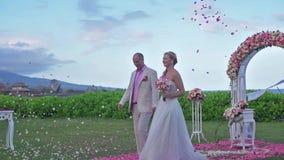 Γαμήλιο ζευγάρι ακριβώς παντρεμένο στη Χαβάη Βίλα πολυτέλειας γαμήλιας τελετής απόθεμα βίντεο