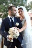 Ευτυχείς νύφη και νεόνυμφος στη ημέρα γάμου Γαμήλιο ζεύγος ερωτευμένο, newlyweds Γαμήλια έννοια γαμήλια ανθοδέσμη στο πρώτο πλάνο στοκ φωτογραφίες