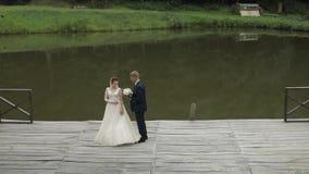Γαμήλιο ζεύγος Καλοί νεόνυμφος και νύφη Ευτυχής οικογένεια Άνδρας και γυναίκα ερωτευμένοι απόθεμα βίντεο