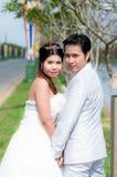Γαμήλιο ζεύγος στο πάρκο στην Ταϊλάνδη στοκ φωτογραφία με δικαίωμα ελεύθερης χρήσης