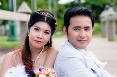 Γαμήλιο ζεύγος στο πάρκο στην Ταϊλάνδη στοκ φωτογραφίες