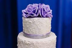 Γαμήλιο κέικ με τα πορφυρά λουλούδια, γαμήλιο κέικ Στοκ Εικόνες