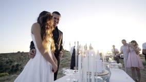 Γαμήλιο κέικ στο γλυκό πίνακα φιλμ μικρού μήκους