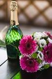 γαμήλιο κρασί ανθοδεσμών Στοκ εικόνα με δικαίωμα ελεύθερης χρήσης