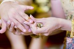 γαμήλιο λευκό δαχτυλιδιών ανασκόπησης ανοιχτό Έβαλε το γαμήλιο δαχτυλίδι σε τον Κλείστε επάνω τη νύφη βάζει το δαχτυλίδι στο νεόν στοκ φωτογραφίες