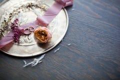 γαμήλιο λευκό δαχτυλιδιών ανασκόπησης ανοιχτό Γαμήλια σύμβολα, ιδιότητες Διακοπές, εορτασμός Στοκ Εικόνα