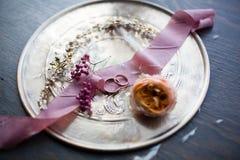 γαμήλιο λευκό δαχτυλιδιών ανασκόπησης ανοιχτό Γαμήλια σύμβολα, ιδιότητες Διακοπές, εορτασμός Στοκ Φωτογραφίες