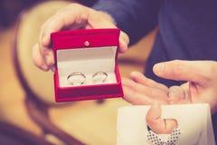 γαμήλιο λευκό δαχτυλιδιών ανασκόπησης ανοιχτό στοκ φωτογραφίες με δικαίωμα ελεύθερης χρήσης