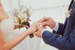 γαμήλιο λευκό δαχτυλιδιών ανασκόπησης ανοιχτό