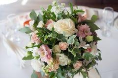 γαμήλιο λευκό τριαντάφυλλων μαργαριταριών πρόσκλησης διακοσμήσεων ντεκόρ καρτών μπουτονιερών ανασκόπησης Λουλούδια στο εστιατόριο Στοκ φωτογραφίες με δικαίωμα ελεύθερης χρήσης