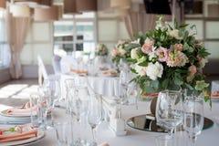 γαμήλιο λευκό τριαντάφυλλων μαργαριταριών πρόσκλησης διακοσμήσεων ντεκόρ καρτών μπουτονιερών ανασκόπησης Λουλούδια στο εστιατόριο Στοκ Εικόνα