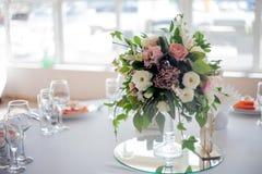 γαμήλιο λευκό τριαντάφυλλων μαργαριταριών πρόσκλησης διακοσμήσεων ντεκόρ καρτών μπουτονιερών ανασκόπησης Λουλούδια στο εστιατόριο Στοκ εικόνες με δικαίωμα ελεύθερης χρήσης
