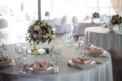 γαμήλιο λευκό τριαντάφυλλων μαργαριταριών πρόσκλησης διακοσμήσεων ντεκόρ καρτών μπουτονιερών ανασκόπησης Λουλούδια στο εστιατόριο Στοκ Φωτογραφία