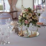 γαμήλιο λευκό τριαντάφυλλων μαργαριταριών πρόσκλησης διακοσμήσεων ντεκόρ καρτών μπουτονιερών ανασκόπησης Λουλούδια στο εστιατόριο Στοκ Εικόνες