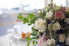 γαμήλιο λευκό τριαντάφυλλων μαργαριταριών πρόσκλησης διακοσμήσεων ντεκόρ καρτών μπουτονιερών ανασκόπησης Λουλούδια στο εστιατόριο Στοκ εικόνα με δικαίωμα ελεύθερης χρήσης