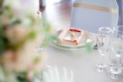 γαμήλιο λευκό τριαντάφυλλων μαργαριταριών πρόσκλησης διακοσμήσεων ντεκόρ καρτών μπουτονιερών ανασκόπησης Λουλούδια στο εστιατόριο Στοκ φωτογραφία με δικαίωμα ελεύθερης χρήσης