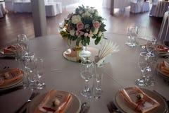 γαμήλιο λευκό τριαντάφυλλων μαργαριταριών πρόσκλησης διακοσμήσεων ντεκόρ καρτών μπουτονιερών ανασκόπησης Λουλούδια στο εστιατόριο Στοκ Φωτογραφίες