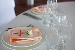 γαμήλιο λευκό τριαντάφυλλων μαργαριταριών πρόσκλησης διακοσμήσεων ντεκόρ καρτών μπουτονιερών ανασκόπησης Προσωπικό ντεκόρ, κάρτες Στοκ εικόνα με δικαίωμα ελεύθερης χρήσης