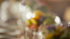 Γαμήλιο να δειπνήσει πίνακας με την ανθοδέσμη των λουλουδιών και των φρούτων στο ντεκόρ ύφους Boho απόθεμα βίντεο