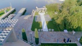 Γαμήλιο ντεκόρ από τον αέρα, όμορφο γαμήλιο ντεκόρ στα άσπρα χρώματα από τον αέρα απόθεμα βίντεο