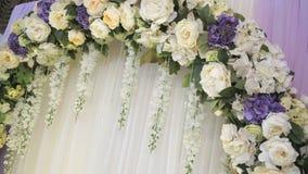 Γαμήλιο ντεκόρ - αψίδα του λουλουδιού φιλμ μικρού μήκους