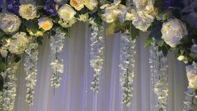 Γαμήλιο ντεκόρ - αψίδα του λουλουδιού απόθεμα βίντεο