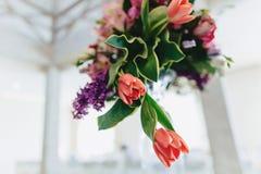 Γαμήλιο ντεκόρ, λουλούδια και floral σχέδιο στο συμπόσιο και την τελετή στοκ φωτογραφίες