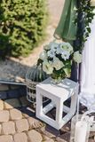 Γαμήλιο ντεκόρ, λουλούδια και floral σχέδιο στο συμπόσιο και την τελετή στοκ εικόνα