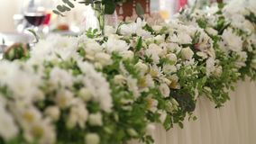 Γαμήλιο ντεκόρ Το σχέδιο των γαμήλιων διακοσμήσεων Λουλούδια στον πίνακα απόθεμα βίντεο