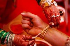 Γαμήλιο τελετουργικό, Kankana Dhaarana, ένα turmeric-λεκιασμένο νήμα που τυλίγεται γύρω από μια turmeric ρίζα Στοκ φωτογραφία με δικαίωμα ελεύθερης χρήσης