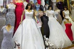Γαμήλιο φόρεμα για την πώληση στο μεγάλο Bazaar στη Ιστανμπούλ Στοκ φωτογραφία με δικαίωμα ελεύθερης χρήσης
